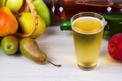 Glas en flessen cider Appelen en peren Royalty-vrije Stock Foto