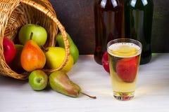 Glas en flessen cider Appelen en peren Stock Fotografie