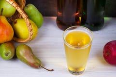 Glas en flessen cider Appelen en peren Stock Afbeelding