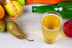 Glas en flessen cider Appelen en peren Stock Foto's