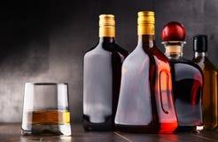 Glas en flessen van geassorteerde alcoholische dranken royalty-vrije stock foto