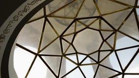 Glas en gouden metaalplafond stock video