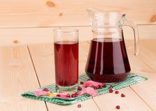 Glas en karaf granaatappelsap Royalty-vrije Stock Afbeeldingen