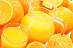 Glas en kruik jus d'orange en vruchten royalty-vrije stock foto's