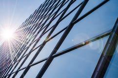 Glas en staal - weerspiegelde voorgevel van de moderne bureaubouw Stock Fotografie