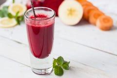 Glas Entgiftungssaft der roten Rübe, des Apfels, der Zitrone und der Minze lizenzfreies stockfoto