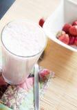 Glas Erdbeerjoghurt Stockfotos