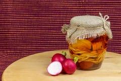 Glas in Essig eingelegter Käse im Öl mit Rettichen Lizenzfreie Stockbilder