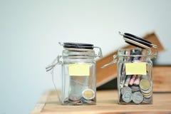 Glas für Einsparungen voll von Münzen Lizenzfreie Stockbilder