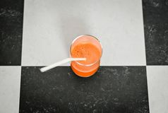 Glas frisch zusammengedrückter Karottensaft stockfotografie