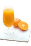 Glas frischer Orangensaft lokalisiert auf Weiß Lizenzfreies Stockfoto