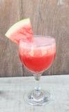 Glas frischer Wassermelonensaft, auf Holztisch lizenzfreies stockbild