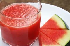 Glas frischer Wassermelonensaft und von der Wassermelone geschnitten lizenzfreies stockfoto