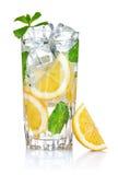 Glas frisches kühles Wasser mit Zitrone Lizenzfreie Stockfotografie