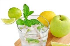 Glas geïsoleerd citroenwater Stock Afbeelding
