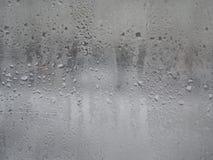 Glas gefüllt mit Regentropfen stockbild