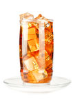 Glas gefrorener Tee mit Eiswürfeln Stockfotos