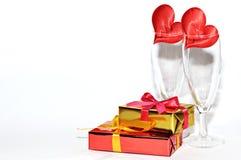 Glas, Geschenk und Herzen auf weißem Hintergrund, Valentinsgrußtag Stockfotografie