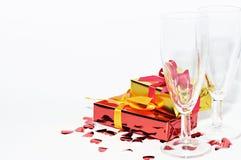 Glas, Geschenk und Herzen lokalisiert auf weißem Hintergrund, Valentinsgrußtag Stockfoto
