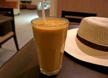 Glas Gezond Romig Lucuma-Fruit Juice Served op Houten Lijst met Wit Straw Hat, Ica gebied, Peru royalty-vrije stock afbeeldingen