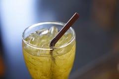 Glas gezonde kruiden bevroren thee met bruin plastic stro Stock Afbeeldingen