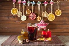 Glas Glühwein und Weihnachtsdekorationen, Kerzen, Geschenke lizenzfreie stockbilder