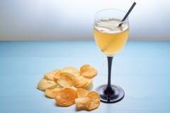 Glas gouden aalbier met chips Royalty-vrije Stock Foto