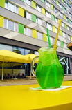 Glas grüne Estragonlimonade auf Tabelle im Freien Lizenzfreie Stockfotografie