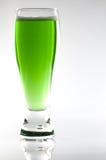 Glas grünes Bier Lizenzfreie Stockfotos