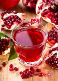 Glas granaatappelsap met verse vruchten Stock Afbeeldingen