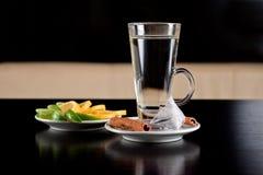 Glas heet water met theezakjekaneel en citroen Royalty-vrije Stock Foto's