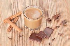Glas heiße Schokolade mit Zimt, Nelken und Lizenzfreies Stockfoto