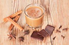 Glas heiße Schokolade mit Zimt, Nelken und Stockbild