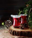 Glas heißer Glühwein für das neue Jahr mit Bestandteilen für das Kochen, die Nüsse und die Weihnachtsdekorationen stockfotografie