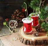 Glas heißer Glühwein für das neue Jahr mit Bestandteilen für das Kochen, die Nüsse und die Weihnachtsdekorationen lizenzfreie stockbilder