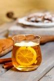 Glas heißer Tee auf rustikalem Holztisch Stockbilder