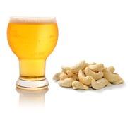 Glas helles Bier und Acajounüsse Lizenzfreie Stockbilder