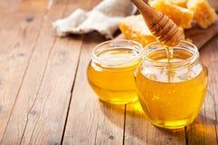 Glas Honig mit Bienenwaben stockbild