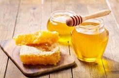 Glas Honig mit Bienenwaben lizenzfreie stockfotos