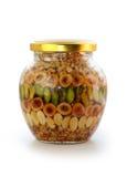 Glas Honig mit sortierten Muttern Lizenzfreie Stockbilder