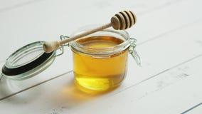 Glas Honig mit Spindel stock footage