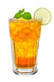 Glas ijsthee met citroen op witte achtergrond Royalty-vrije Stock Afbeeldingen