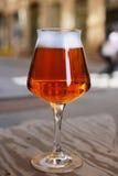 Glas IPA-Bier auf Holztisch Lizenzfreie Stockfotos