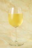 Glas Italiaanse witte wijn stock foto's