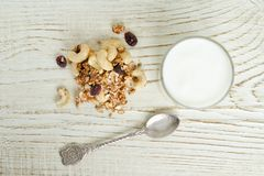 Glas Jogurt und Granola mit Acajoubaum auf einem weißen Holztisch Beschneidungspfad eingeschlossen Stockfotos