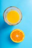 Glas jus d'orange en de helft van sinaasappel Royalty-vrije Stock Foto's