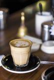 Glas Kaffee auf Cafézähler Stockfoto