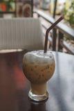 Glas kalter Kaffee auf Tabelle stockfotografie