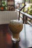 Glas kalter Kaffee auf Tabelle stockfotos