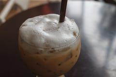 Glas kalter Kaffee auf Tabelle lizenzfreie stockfotos
